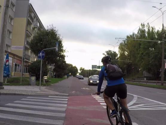 Bezmyślny rowerzysta na przejeździe w Gdyni