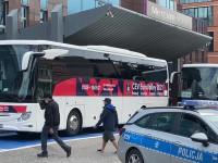 Autokar reprezentacji Polski pod hotelem