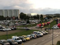 Pełen parking przy Ergo Arenie przed meczem siatkarzy