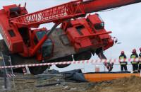 Przewrócony dźwig na budowie