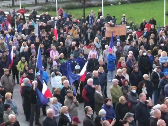 Tłum protestujących w Sopocie
