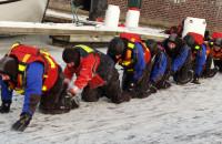 Strażackie ćwiczenia na skutej lodem Motławie