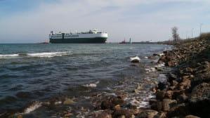 Ogromny samochodowiec wpłynął do gdańskiego portu