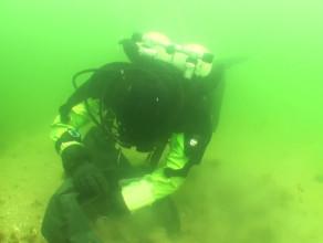 Podwodne sprzątanie pod molo