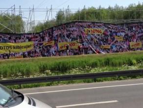 Ogromna reklama przy gdańskiej rafinerii