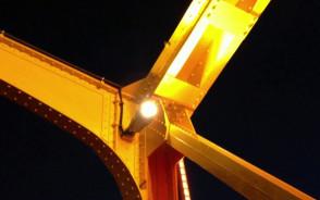 Żółty Wiadukt wyłania się z mroku