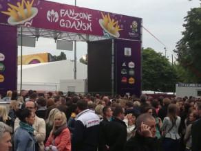 Tłum przed otwarciem Strefy Kibica w Gdańsku