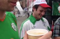 Irlandczyk smakuje kaszubskie truskawki