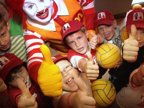 Dzieciaki, które towarzyszą piłkarzom w dordze na boisko