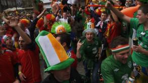 Tłumy Irlandczyków śpiewają przed Dworem Artusa