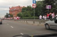 Kibice w drodze na Plac Zebrań Ludowych
