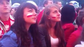 Kibice oglądają mecz w gdańskiej strefie