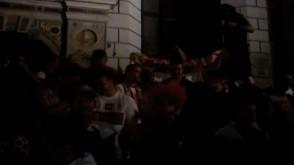 Tłum kibiców skanduje na Długiej i Długim Targu