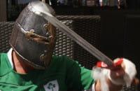 Miecze i piersi dla kibiców