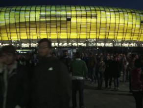 Kibice opuszczają stadion po meczu