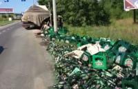 Skrzynki z piwem wypadły z TIR-a