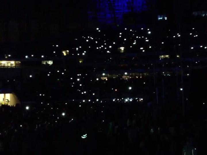 Telefony wgórze podczas piosenki