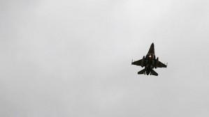 Myśliwiec F-16 nad  lotniskiem w Rębiechowie