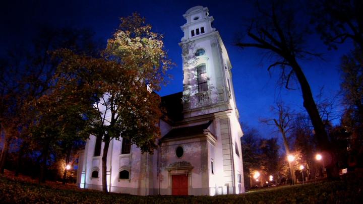 Ma surowe wnętrze ijeden ołtarz. Zobacz luterański kościół wSopocie.