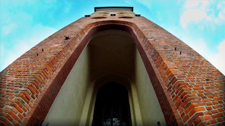 Mimo że wszystkie ściany ma krzywe, nie zawalił się ido dziś stoi wcentrum Gdańska. Zobacz kościół, którego patronem jest św. Jakub.