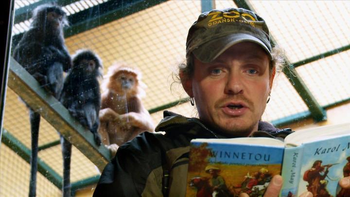Albert lubi książki kucharskie, aRaja angielskie romanse. Zobacz, dlaczego opiekun małp czyta im książki.