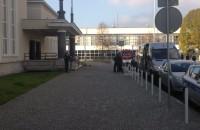 Saperzy wchodzą do budynku dworca
