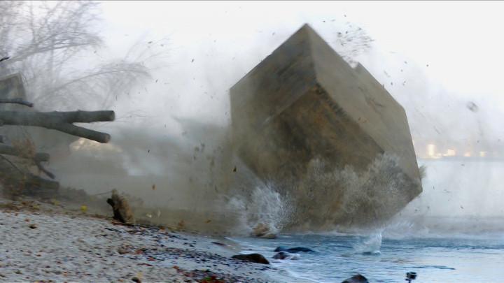 Zobacz ujęcie, wktórym bunkier koziołkuje po klifie iwpada do wody.