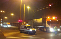 Nocny transport ponadgabarytów w Gdyni