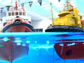 Buduje modele statków i pływa nimi