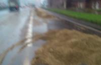 Piasek wysypał się na ulicę