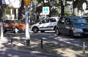 Zastawiają autami drogę do szpitala