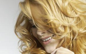 Włosy pod kontrolą: loki, loczki, fale