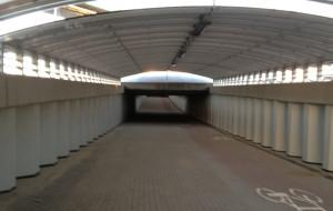 Samochody i 10 kamer w tunelu dla pieszych na Rudnikach