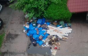 Śmieci już zalegają na podwórkach