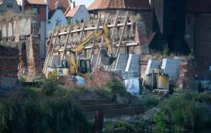 Sypią się ruiny spichlerzy na Wyspie Spichrzów