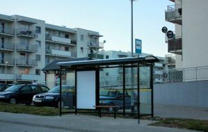 Postawili przystanki, ale autobus nie jeździ, bo ulica jest dziurawa