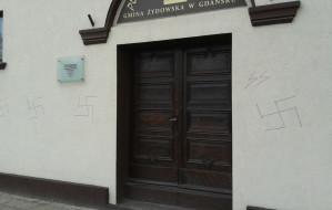 Swastyki na synagodze w Gdańsku