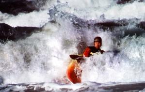 Surfowanie kajakiem na falach Bałtyku