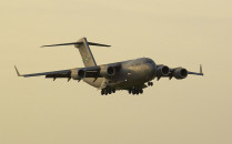 Ciężki samolot transportowy wyląduje w...