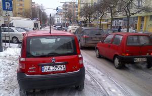 Parkujący na ulicy blokują ważne skrzyżowanie w Gdyni