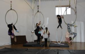 Żonglerka, zajęcia szczudlarskie, a może aerial?