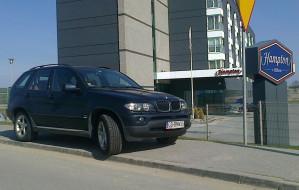 Poselskie BMW od dwóch dni parkuje na chodniku