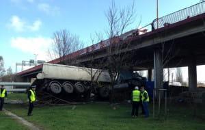 Mandat dla kierowcy ciężarówki, która spadła z estakady
