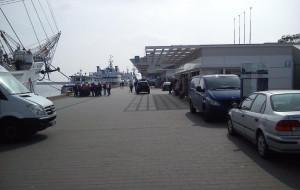 Auta na Nabrzeżu Pomorskim przeszkadzają spacerowiczom