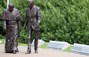 Replika pomnika Jana Pawła II i Reagana trafi do Berlina