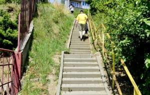 Mieszkańcy Pogórza czekają na remont schodów