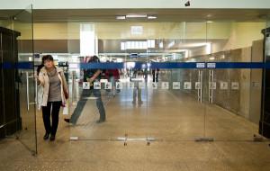 W listopadzie na gdyński dworzec wrócą szklane drzwi