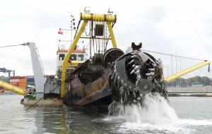 Potężna pogłębiarka pracuje w Gdyni