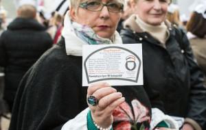 Kilkaset pielęgniarek przed Urzędem Marszałkowskim