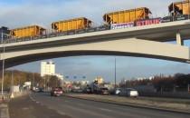 Banery wyborcze na wiadukcie budowanym...